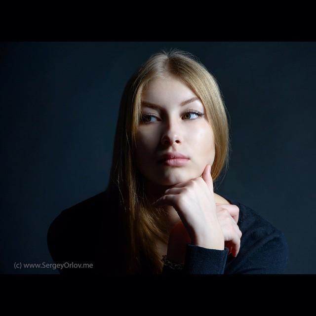 Катя. Лицевой портрет юной красавицы, освещенной в стиле Рембрандта