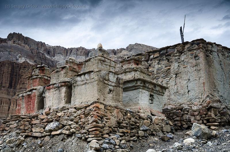 Буддистские ступы около деревни Тангбе. Верхний Мустанг, Непал.