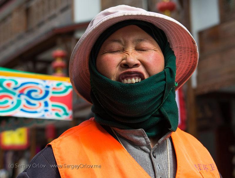 Лицо своеобразной китайской женщины крупным планом в статью о Китае, китайцах и Тибете