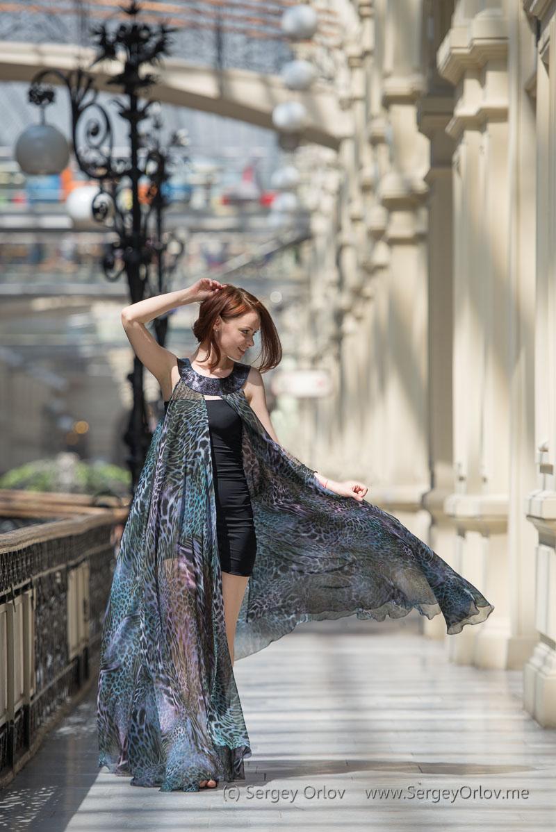 Красивая молодая девушка в полупрозрачном развевающемся платье