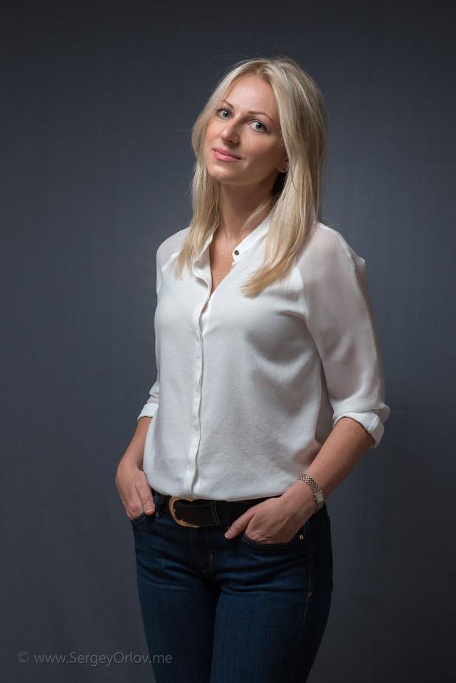 Фотография молодой привлекательной женщины, снятая в домашней фотостудии
