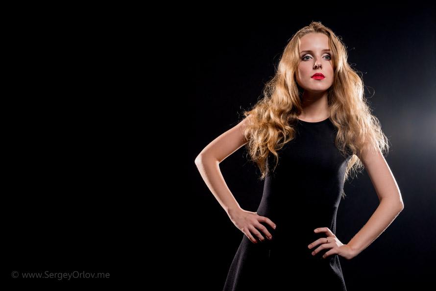 Фотография молодой красивой модели, снятой на темном фоне с контровыми источниками света на мастер-классе Юрия Винецкого
