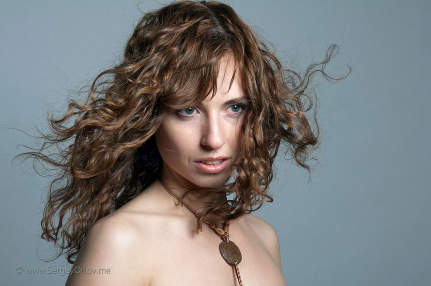 Красивая молодая женщина с развевающимися на ветру волосами