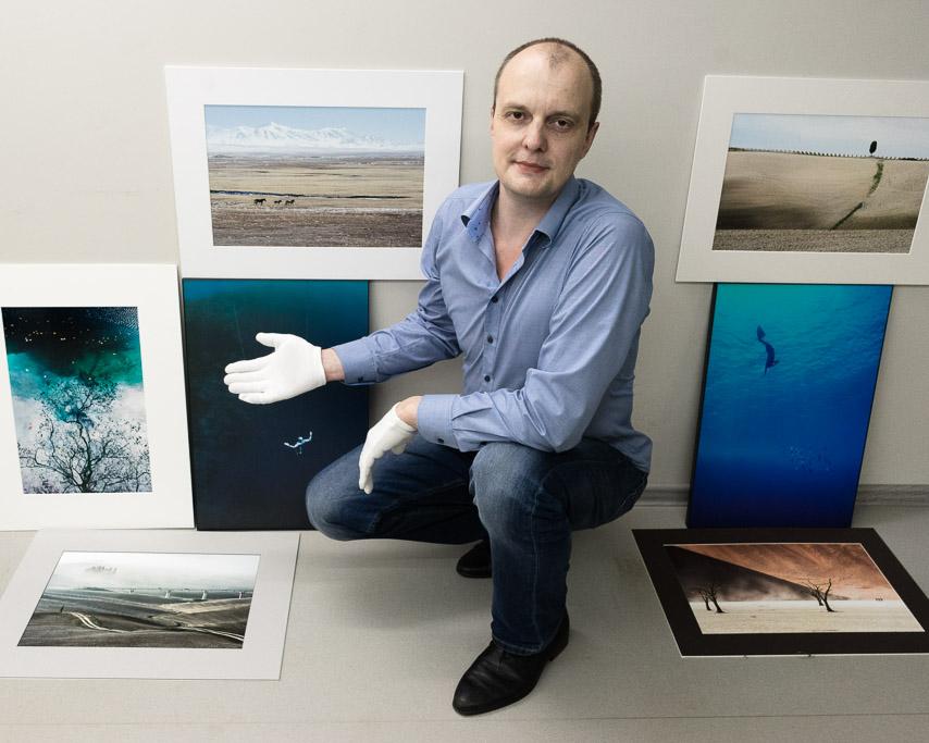 На фото я хвастаюсь своими лучшими фотографиями, которые отпечатаны для PhotoDecorMarket